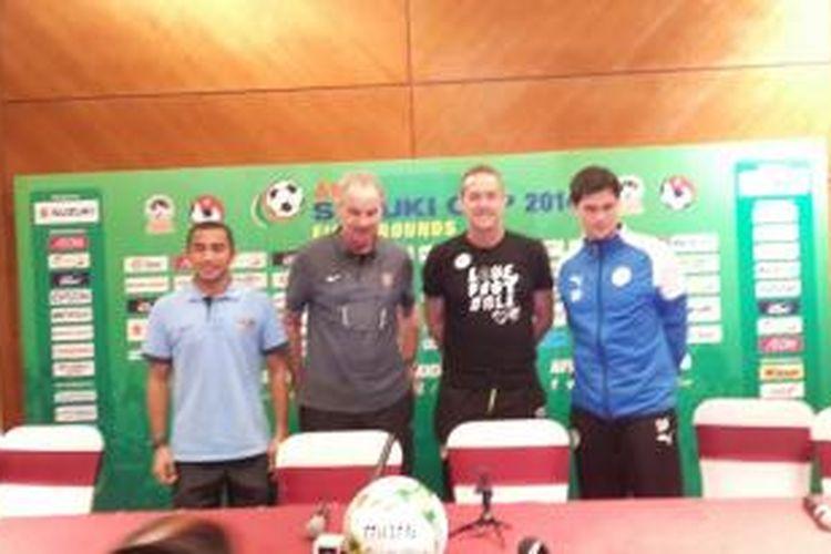 Konferensi pers yang dihadiri kapten timnas Indonesia Firman Utina (kiri), pelatih timnas Indonesia Alfred Riedl (kedua dari kiri), pelatih timnas Filipina Thomas Dooley (kedua dari kanan), dan kapten Filipina Phil Younghusband (kanan).