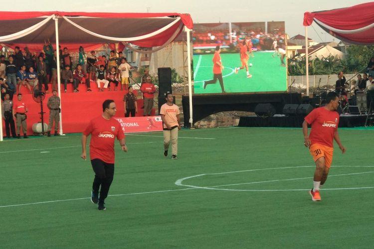 Gubernur DKI Jakarta Anies Baswedan berlaga dalam acara kick off pembangunan stadion sepakbola bertaraf internasional di Stadion BMW, Jakarta Utara, Kamis (14/3/2019).