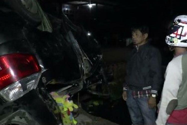 Sebuah mobil pemudik yang sedang mengangkut empat angggata keluarga asal Mamuju Tengah, Sulawesi Barat, menuju Polewali Mandar, mengalami kecelakaan.