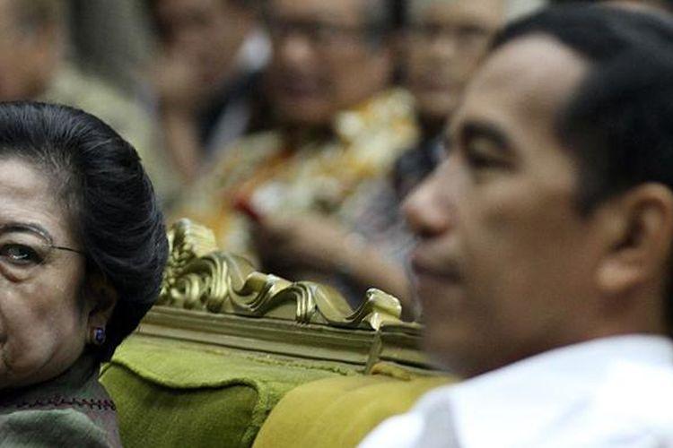 Ketua Umum PDI Perjuangan Megawati Soekarnoputri (kiri) dan calon presiden Joko Widodo (kanan) saat menghadiri acara serial Seminar Dewan Guru Besar Universitas Indonesia, di Kampus UI Salemba, Jakarta, Sabtu (30/11/2013). Seminar yang mengambil tema Indonesia Menjawab Tantangan Kepemimpinan Menuju Bangsa Pemenang tersebut sebelumnya juga menghadirkan sejumlah tokoh seperti Prabowo Subianto, Dahlan Iskan, Gita Wirjawan, Wiranto, Mahfud MD dan Abraham Samad.