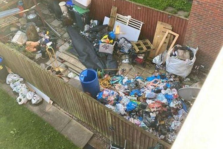 Sampah menumpuk di halaman selama 2 tahun lamanya, sampai rumah kosong di Nottinghamshire, Inggris, ini jadi sarang tikus.