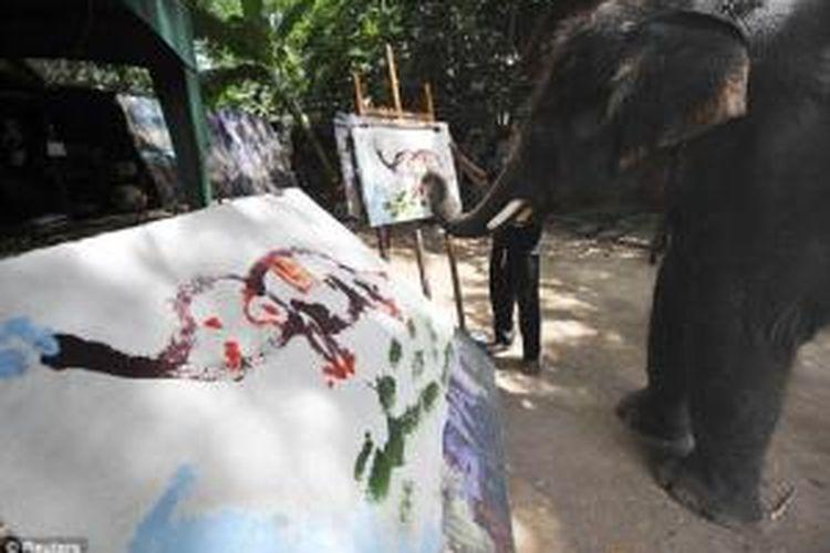 Noppakhao sudah melukis sejak delapan tahun lalu dan beberapa lukisannya laku terjual hingga 700 dolar AS.