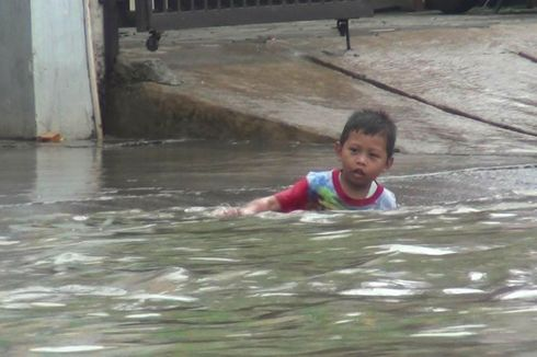 Banjir 80 Sentimeter Landa Perumahan Taman Duta Depok