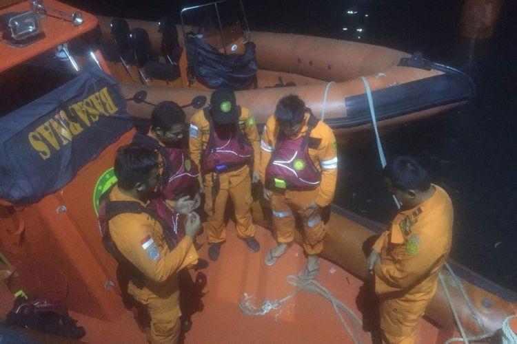 Tim Gabungan Basarnas Batam melakukan pencarian usai dinyatakannya terjadi laka laut antara dua kapal pompong di Perairan Bulang Lintang Batam.