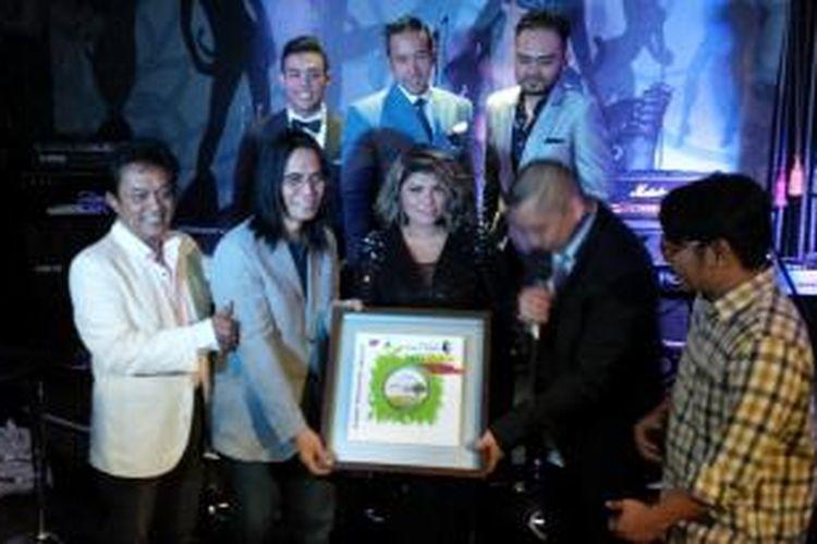 Produser musik Seno M Hardjo bersama James F Sundah dan Oddie Agam diabadikan ketika syukuran album The Great Composers James F Sundah & Oddie Agam yang meraih triple platinum di Barge, Jalan Pangeran Antasari, Jakarta Selatan, Senin (30/11/2015).