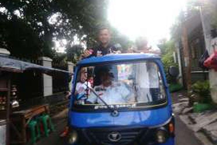 Calon gubernur DKI Agus Harimurti Yudhoyono berkampanye di Cipete Utara, Kebayoran Baru, Jakarta Selatan. Dalam kesempatan tersebut, Agus menumpang bajaj untuk berkampanye mengelilingi pemukiman warga. Kamis (15/12/2016)