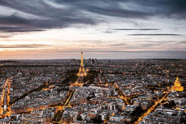 Pemandangan Menara Eiffel dan sekitarnya saat difoto dari restoran Ciel de Paries, Tour Montparnasse