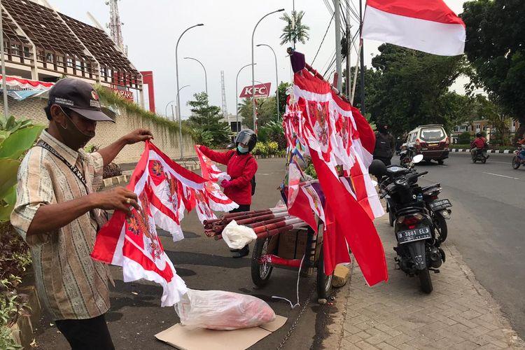 Surjana (72), penjual bendera Merah Putih asal Desa Bojongwetan, Jamblang, Kabupaten Cirebon, Jawa Barat.