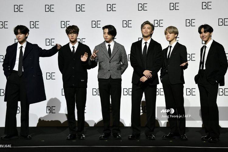 Para member boy band asal Korea Selatan BTS (dari kiri) V, Jin, Jungkook, RM, Jimin, dan J-Hope berpose pada konferensi pers peluncuran album BE (Deluxe Edition) di Seoul, Jumat (20/11/2020). Seorang member, Suga, tidak hadir karena dalam masa pemulihan pascaoperasi.