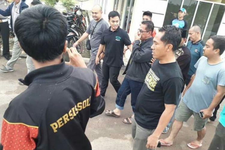 Bupati Mesuji Khamami saat berada di Polres Mesuji sebelum diterbangkan ke Jakarta untuk diperiksa lebih lanjut.