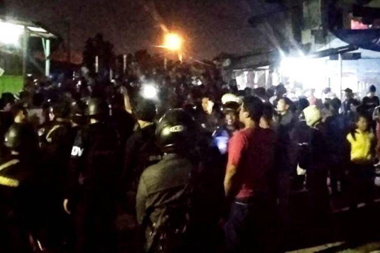 Aksi saling lempar batu terjadi antara warga Jalan Rajawali 1 dan Belibis, Perumnas Mandala, Kota Medan, Jumat (24/1/2020) malam