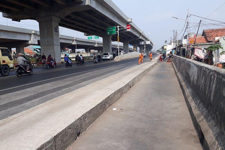 Trotoar di Jalan Raya Kalimalang, Duren Sawit, Jakarta Timur, nampak berada di tengah jalan, Minggu (15/9/2019).