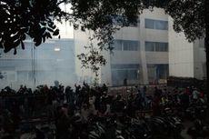 Serang Polisi yang Berjaga, Massa Demonstran Kepung Gedung BPK