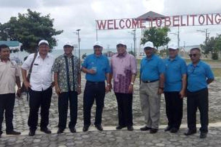 Menteri Pariwisata Arief Yahya (keempat dari kiri) dan Menko Kemaritiman Indroyono Soesilo (kelima dari kiri) di Tanjung Kelayang, Pulau Belitung, Provinsi Kepulauan Bangka Belitung, Sabtu (14/3/2015).