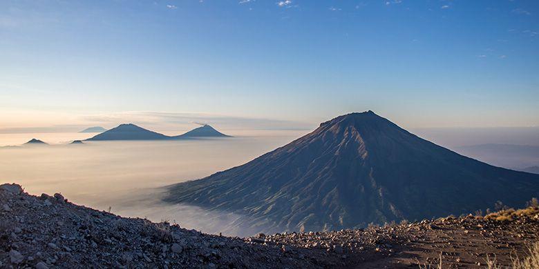 Gunung Sumbing, Merapi, Merbabu, Lawu, Andong, dan Telomoyo yang terlihat jelas dari Puncak Gunung Sindoro.