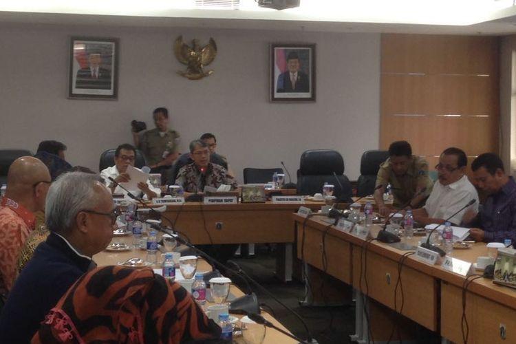 Rapat pimpinan gabungan (rapimgab) membahas permohonan persetujuan pembiayaan proyek MRT Jakarta Jalur Selatan-Utara (Koridor Lebak Bulus - Ancol Timur), di Gedung DPRD Provinsi DKI Jakarta, Selasa (7/3/2017)