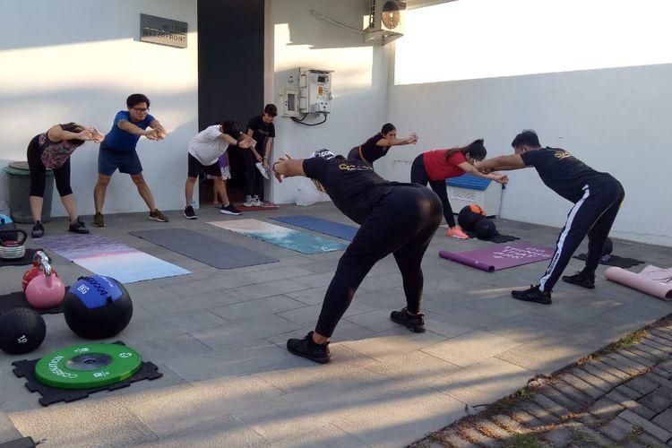 Sejumlah orang tengah melakukan pemanasan sebelum nge-gym.