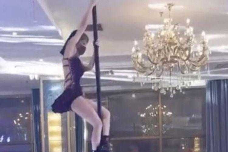 Inilah penampilan seorang penari tiang (pole dance) di sebuah resepsi pernikahan di China. Atraksi itu tak pelak menimbulkan kritikan dari netizen China.