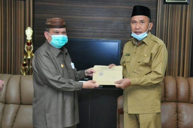 Wagub Gorontalo Idris Rahim (kiri) menyerahkan SK Mendagri tentang Pemberhentian Sementara Bupati Boalemo kepada Wakil Bupati Anas Jusuf di ruang kerja Wabup Boalemo, Senin.