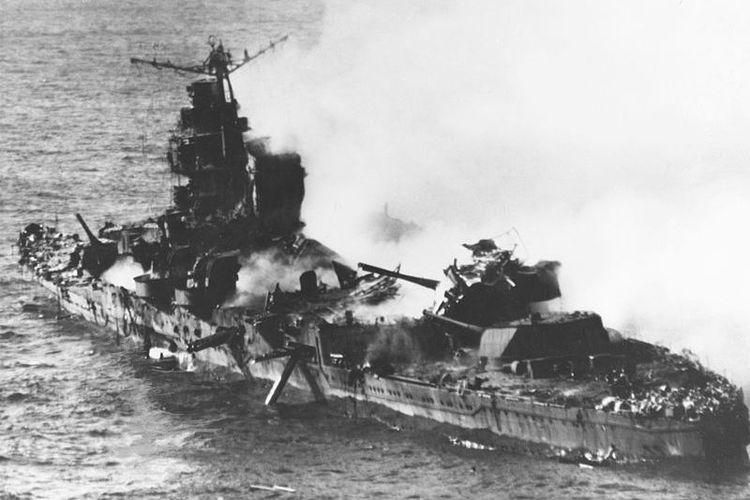 Kapal perusak berat milik Jepang Mikuma beberapa saat sebelum tenggelam dalam Pertempurn Midway, di Samudera Pasifik.