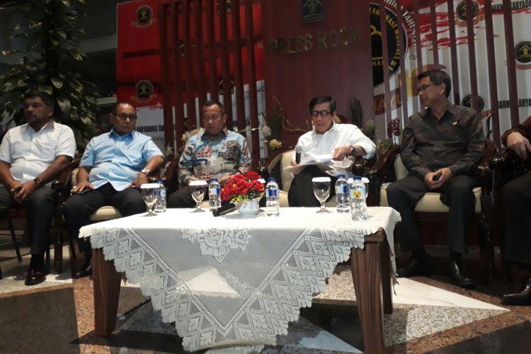 Menteri Hukum dan HAM Yasonna Laoly (kedua dari kanan) bersama pejabat di kementeriannya saat mengumumkan hasil CPNS di kementeriannya tahun ini. Kamis (9/11/2017).