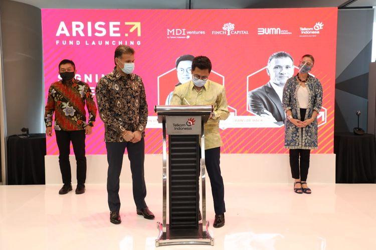 General Partner Arise dari MDI Ventures Aldi Adrian Hartanto (kedua dari kanan) saat melakukan signing ceremony peluncuran Arise Fund disaksikan perwakilan dari Finch Capital Hans De Back (kedua dari kiri), Wakil Duta Besar Belanda untuk Indonesia Ardi Stoios-Braken (paling kanan) dan Direktur Utama Telkom Ririek Adriansyah (paling kiri) di Jakarta, Kamis (26/11). Arise Fund adalah sebuah badan investasi dengan fokus pendanaan tahap awal bagi startup teknologi Indonesia yang merupakan kolaborasi antara MDI Ventures milik Telkom bersama dengan Finch Capital.