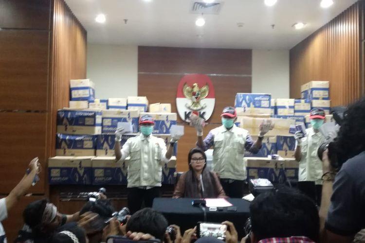 Wakil Ketua KPK Basaria Panjaitan dan tim KPK menunjukkan barang bukti OTT Anggota DPR Bowo Sidik Pangarso dalam konferensi pers di Gedung Merah Putih KPK Jakarta, Kamis (28/3/2019)