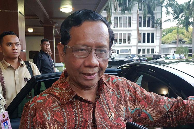 Menkopolhukam Mahfud MD saat melayani pertanyaan wartawan di kantor Kemenkopolhulam, Jalan Medan Merdeka Barat, Jakarta Pusat, Selasa (19/11/2019).