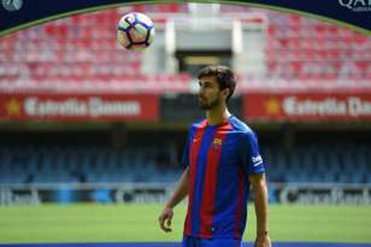 Andre Gomes menjalani sesi perkenalan sebagai pemain baru Barcelona di Stadion Camp Nou, Rabu (27/7/2016).