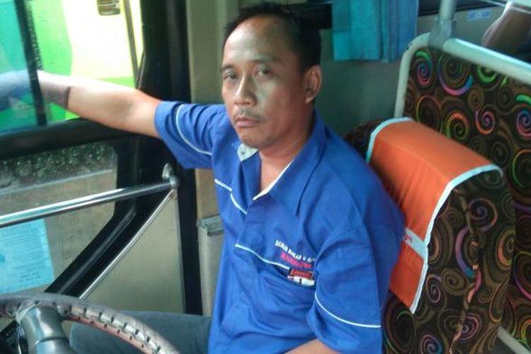 Pengemudi bus AKAP menunggu penumpang di Terminal Lebak Bulus, Jakarta Selatan.