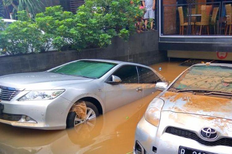 Mobil yang terendam di basement Tamani Kafe, Jalan Kemang Raya, Jakarta Selatan, Minggu (28/8/2016).