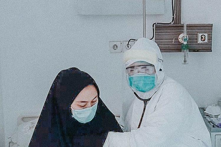 Bupati Karawang Cellica Nurrachadiana saat menjalani isolasi dan perawatan di RSUD Karawang.