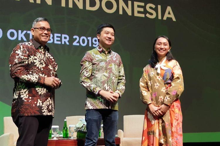 (ki-ka)  Wakil Direktur LPEM FEB UI, Kiki Verico, Co-Founder dan CEO Tokopedia, William Tanuwijaya , dan Laras Anggraini, Pendiri Smitten by Pattern berfoto bersama setelah acara diskusi Dampak Tokopedia Terhadap Perekonomian Indonesia.