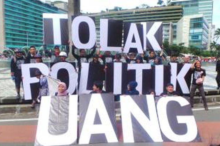 Aktivis Antikorupsi membentangkan papan bertuliskan