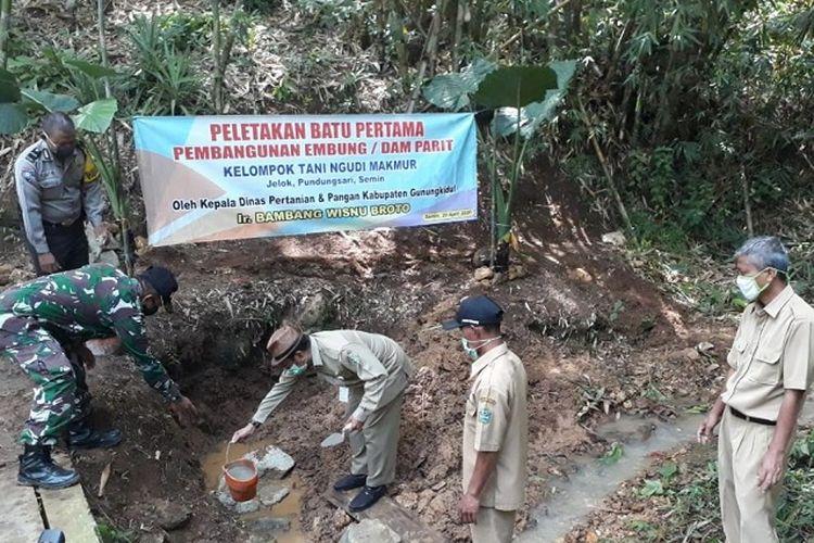 Kelompok Tani Ngudi Makmur Gunungkidul, melakukan Peletakkan Batu Pertama Pembangungan Embung atau Dam Parit.