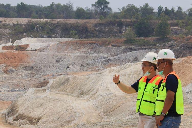Direktur Utama BBJ Stephanus Paulus Lumintang (kiri) meninjau lokasi tambang timah PT Timah di Bangka, Sabtu (2/11/2019).