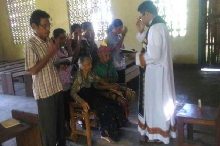 Romo Christo Ngasi, pastor yang bertugas di Gereja Stasi Karara, Paroki Santa Maria Assumpta Homba Karipit, Kabupaten Sumba Barat Daya, NTT, memimpin misa pemberkatan nikah terhadap pasangan lanjut usia, yakni Yakobus Rehi Bokol (84) dan Maria Ra Pati (82).