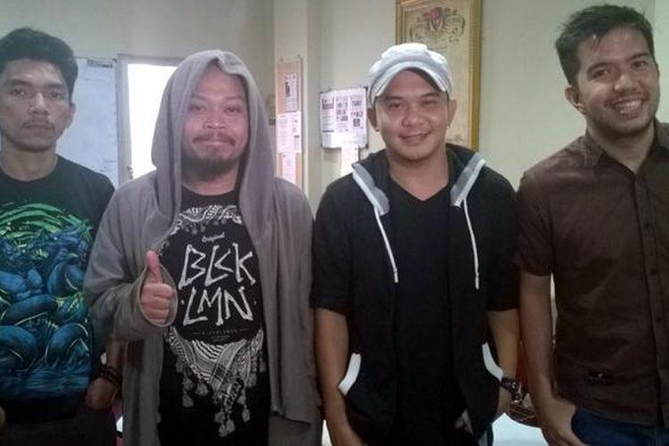 Grup musik Payung Teduh, yang terdiri dari (kiri-kanan) Ivan Penwyn (guitalele), Is (gitar, vokal), Cito (drum, cajon), dan Comi (bas), diabadikan sebelum tampil dalam acara KLAZIK, di London School of Public Relations, Sudirman, Jakarta Selatan, Senin (15/6/2015).