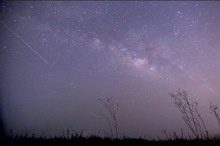 Foto hujan meteor Lyrnid dengan menggunakan teknik pemotretan long exposure, yang diambil di Thanlyn, 14 mil dari Yangon, Myanmar pada 23 April 2015.