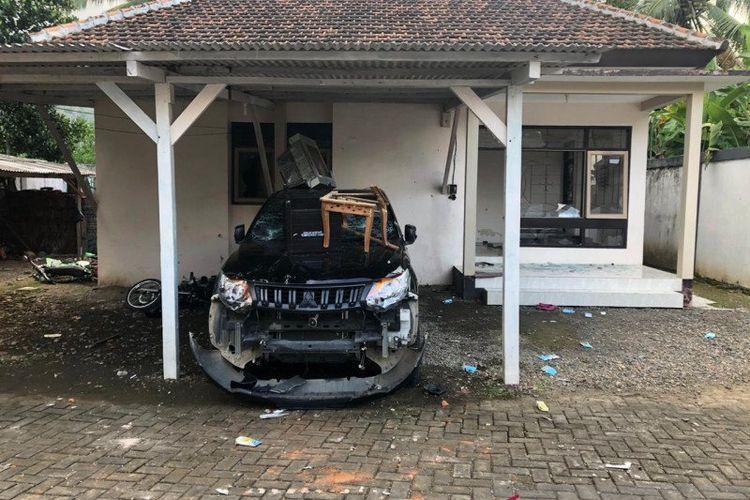 Rumah dinas dan kendaraan TNMB di Seksi PTN Wilayah I Sarongan Banyuwangi yang dirusak massa pada Rabu (13/5/2020). (Foto ANTARA/ HO - TNMB)