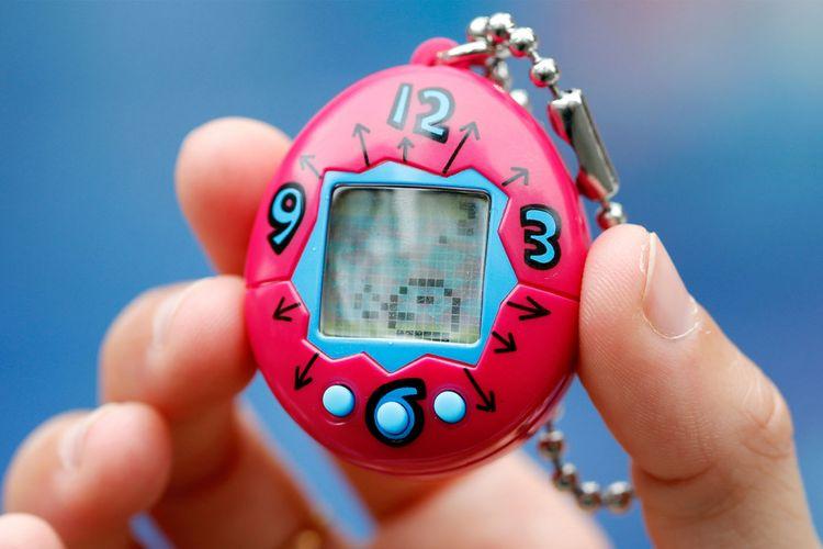 Mainan Tamagotchi yang memungkinkan pengguna memelihara hewan peliharaan virtual.