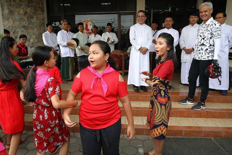 Nyanyian anak-anak di Gereja Mater Dei Semarang diiringi group rebana dari Pondok Pesantren Roudlotul Solihin, Sayung Kabupaten Demak, Rabu (25/12/2019)