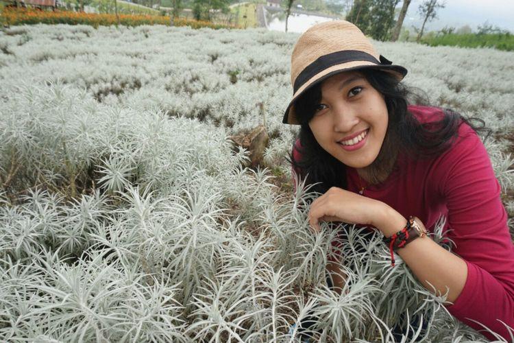 Seorang wisatawan berfoto dengan latar belakang Padang Kasna