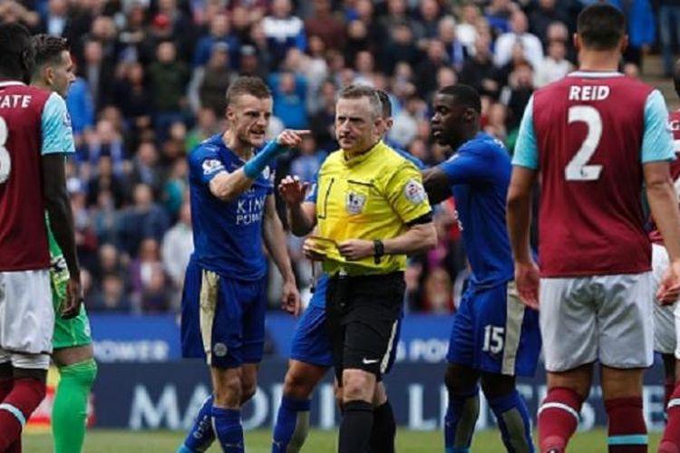 Striker Leicester City, Jamie Vardy, mengumpat kepada wasit Jonathan Moss seusai dikartu merah pada laga kontra West Ham di Stadion King Power, Minggu (17/4/2016).
