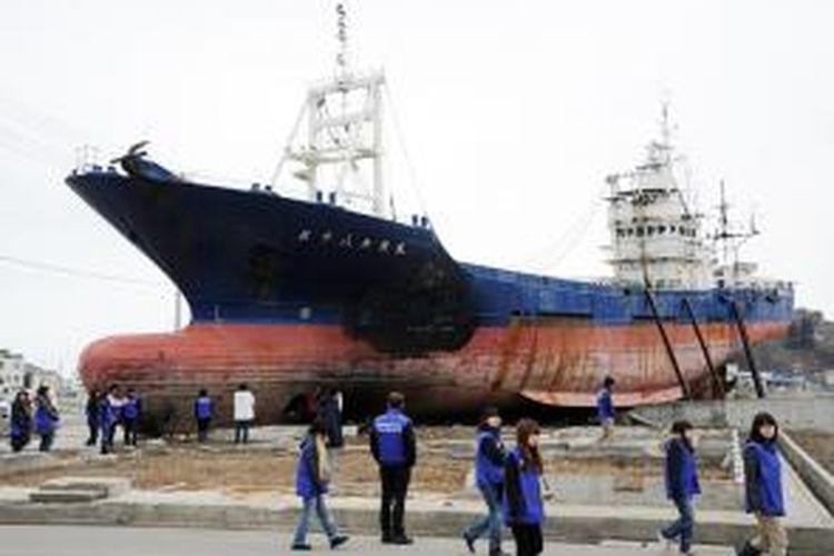 Kapal ikan Kyotoku Maru No. 18 ini terseret ke daratan saat tsunami menghantam Jepang pada 2011 lalu. Namun, sebagian besar warga Kensennuma menganggap kapal itu sebagai bagian kenangan pahit bencana dahsyat itu, sehingga warga meminta agar kapal itu dibongkar.
