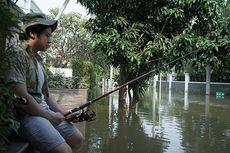 Kena Banjir Rob, Putra Ahok Mancing di Depan Rumah