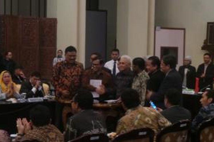 Koalisi Indonesia Hebat dan Koalisi Merah Putih akhirnya resmi berdamai, Senin (17/11/2014) siang.