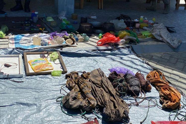 Sejumlah barang bukti yang ditemukan Tim Satgas Madago Raya, saat menggeledah sebuah pondok yang diduga menjadi tempat persembunyian, Minggu (27/6/2021).