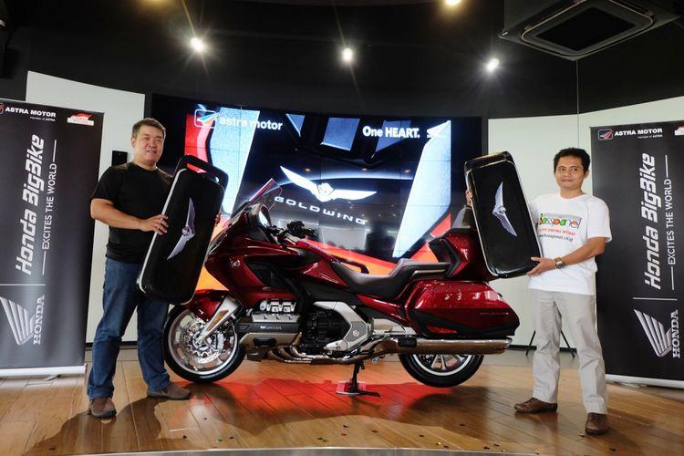 Penyerahan dua unit Honda Gold Wing model terbaru kepada dua pembeli pertama, di showroom Astra Motor Astra Biz Center BSD, Tangerang Selatan, Jumat (20/4/2018).