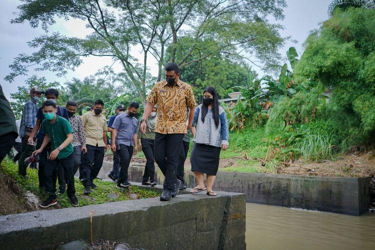 Wali Kota Medan Bobby Nasution bersama TP-PKK Kota Medan Kahiyang Ayu saat mengunjungi Hutan Kota Kanal Jalan Eka Sama, Medan Johor dalam rangka memperingati Hari Lingkungan Hidup (HLH) Sedunia pada 5 Mei, Jumat (4/6/2021).
